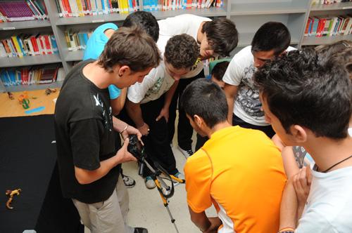 Adolescentes etiquetan equipo sucio